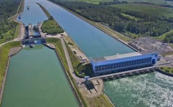 Comment une centrale hydraulique utilise le déplacement de l'eau pour créer de l'électricité ?
