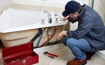 réparer une fuite sous une baignoire